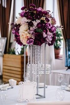 Kwiaty na świątecznym stole w sali weselnej