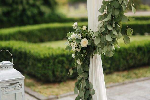 Kwiaty na weselu, kolor zielono-pudrowy.