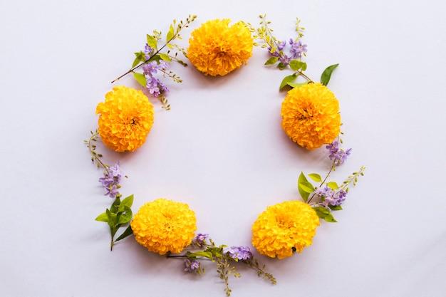Kwiaty nagietka aranżacja koło styl pocztówki
