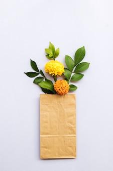 Kwiaty nagietka azji w papierowej torebce