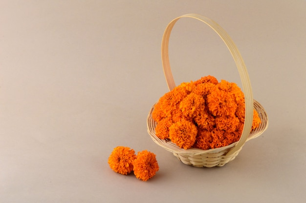 Kwiaty nagietka (zendu flowers) w bambusowym koszyczku.
