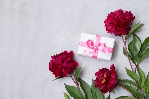Kwiaty piwonii i kompozycja w pudełku prezentowym. widok z góry na płasko