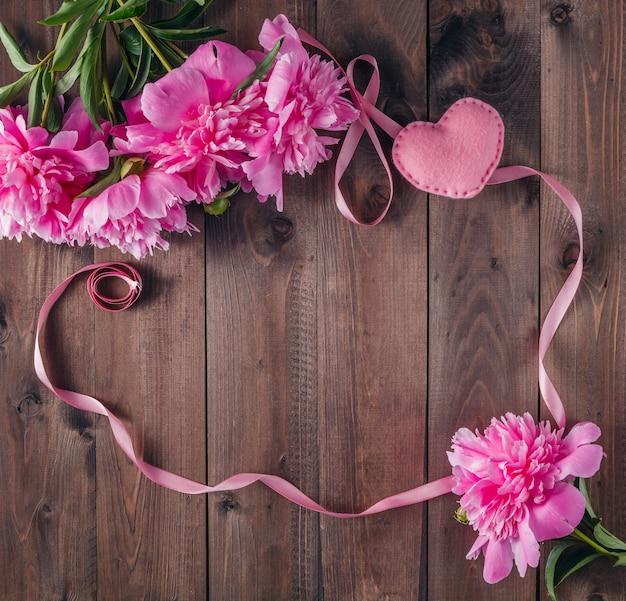 Kwiaty piwonii na starych drewnianych deskach