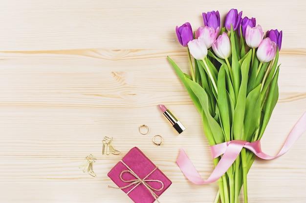 Kwiaty, pudełko, kosmetyki i biżuteria