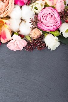 Kwiaty ramki na powierzchni drewnianych