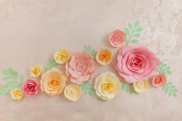 Kwiaty ręcznie robione z papieru na ścianie