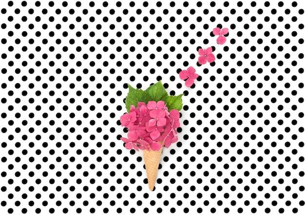 Kwiaty różowe hortensia w stożek lody wafel na tle polka dot. leżał płasko. minimalna koncepcja