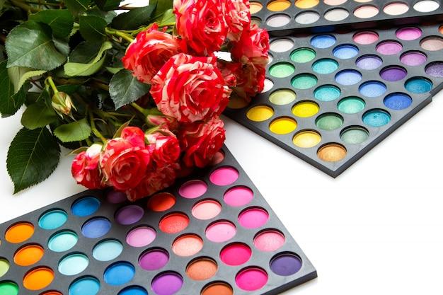 Kwiaty róży i palety z cieniami do powiek