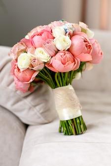 Kwiaty ślubne z różowego kwiatu róży.