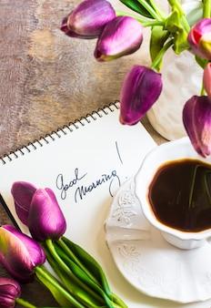 Kwiaty tulipanów i filiżanka kawy