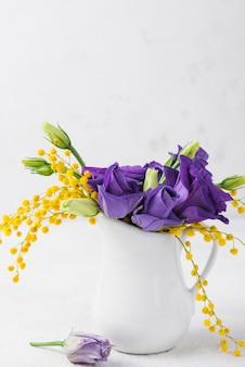 Kwiaty w przestrzeni kopii w wazonie