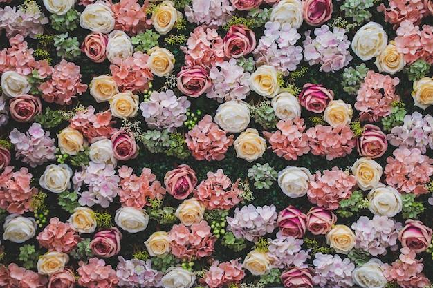 Kwiaty w stylu vintage tle ściany.
