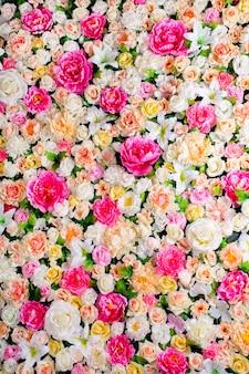 Kwiaty w tle. panoramiczny ze sztucznych kwiatów. delikatna paleta, jasny, wielokolorowy, bogaty kolor