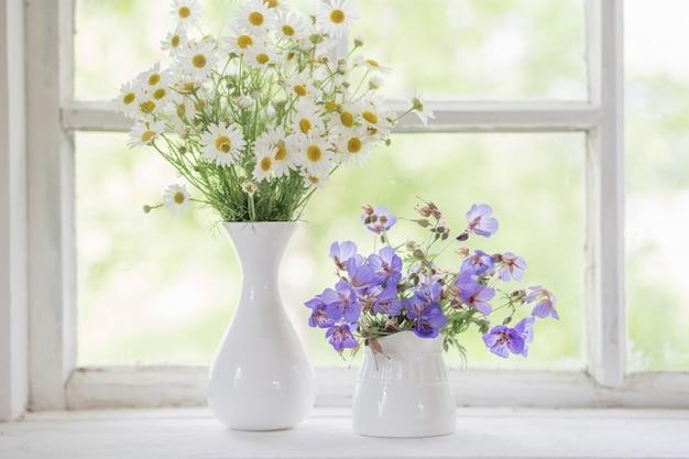 Kwiaty w wazonach na parapecie