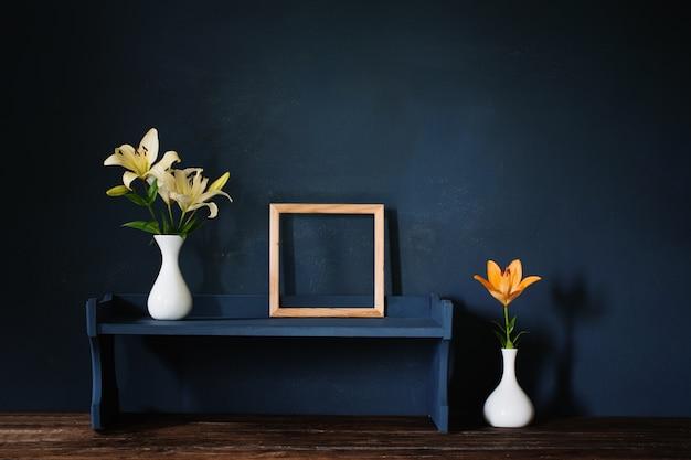 Kwiaty w wazonie i drewnianej ramie