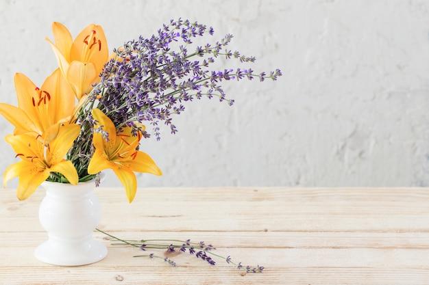 Kwiaty w wazonie na białym tle