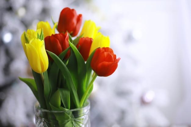 Kwiaty, wiosenne wakacje i koncepcja wystroju domu - bukiet pięknych tulipanów, kwiatowy tło