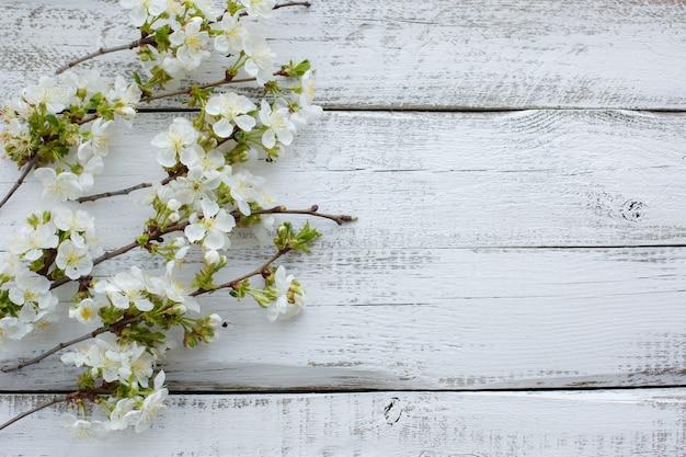 Kwiaty wiśni na drewnianej powierzchni