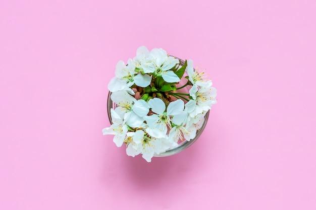 Kwiaty wiśni w szklanej misce.