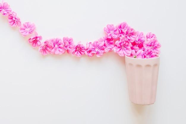 Kwiaty wpływające do kubka