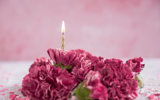 Kwiaty z zapaloną świecą