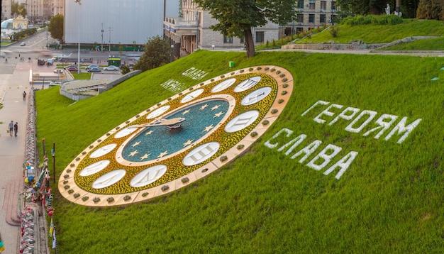 Kwiaty zegar centrum miasta w pobliżu placu niepodległości i ulicy chreszczatyk kijów ukraina