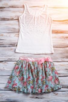 Kwiecista spódnica i podkoszulek biały top z kolorową spódnicą stylowe ubrania na co dzień dla kobiet jasny garm...
