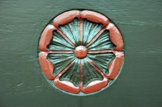 Kwiecisty ikonę wyryte na drzwiach kościoła