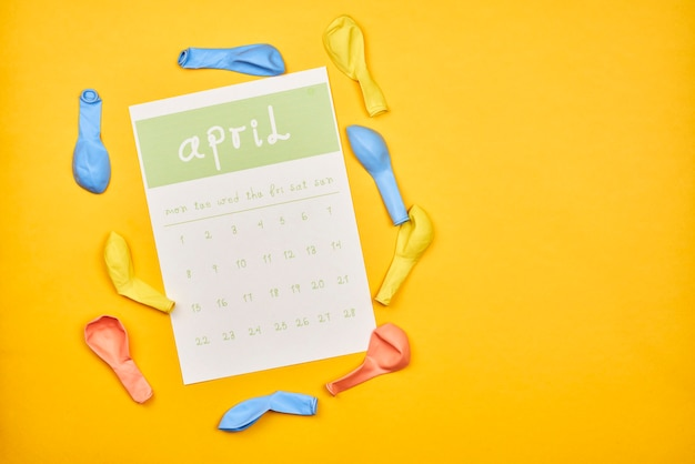 Kwietniowy kalendarz z miejsca kopiowania na żółtym tle