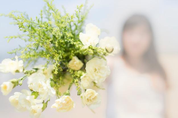 Kwitnąca bukiet panny młodej z niewyraźne tło