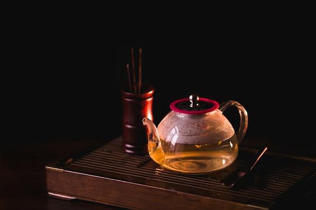 Kwitnąca herbata. kwiatonośna herbata w teapot na herbacianym biurka chaban.