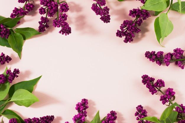 Kwitnące gałęzie bzu na pastelowym tle z miejsca kopiowania.
