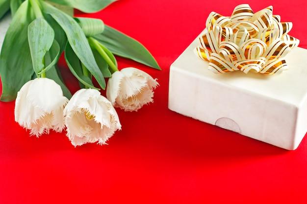 Kwitnie 8 marca. dzień kobiet. gratulacje. wiosna. wiosenne kwiaty. tulipany. prezent