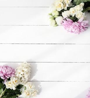 Kwitnie bukiet na drewnianym tle