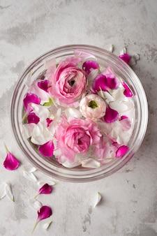 Kwitnie płatki w pucharze na stole