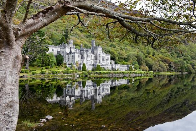 Kylemore abbey, co. conemara, irlandia. piękny widok na zamek.