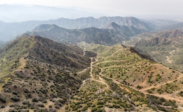 Labirynt wiejskich dróg w górskim obszarze cypru, widok z lotu ptaka