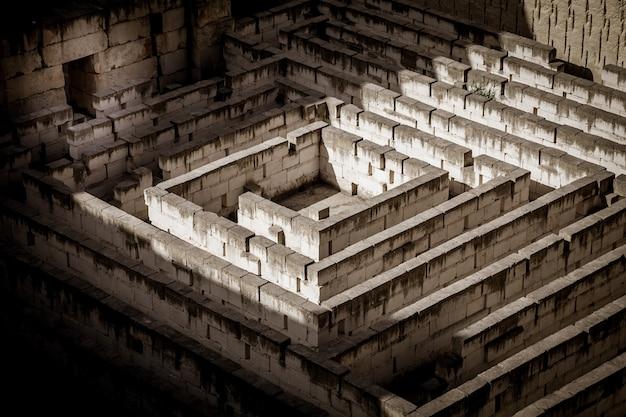 Labirynt z kamienia: koncepcyjny dla pytania, wolności i podróży