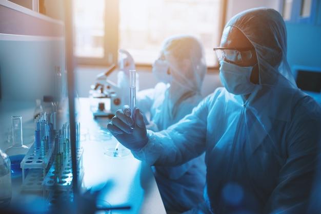 Laboratorium nauk medycznych. koncepcja badań wirusów i bakterii