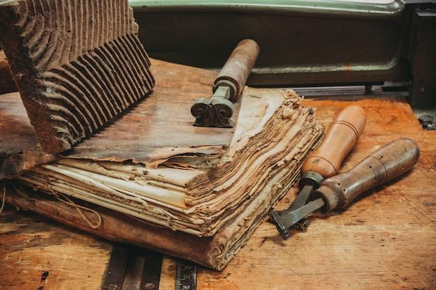 Laboratorium renowacji starożytne książki otoczone narzędziami i sprzętem.