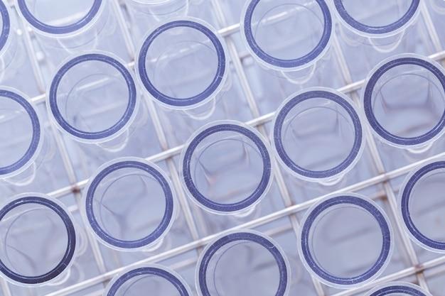 Laboratoryjna tubka laboratoryjna w kolorze niebieskim, narzędzia w laboratorium