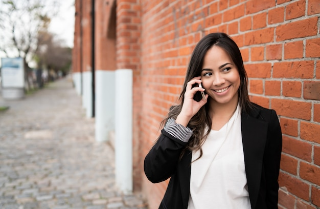 Łacińska kobieta rozmawia przez telefon.