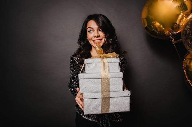 Łacińska kobieta trzyma prezenty na nowy rok