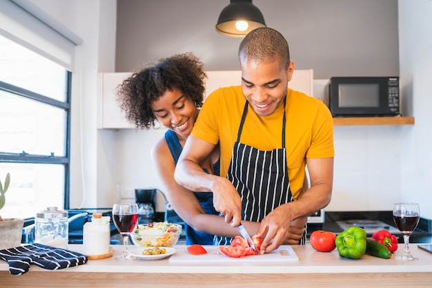 Łacińska para gotuje wpólnie w kuchni.