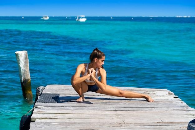 Łacińska sportowiec kobiety rozciąganie w karaiby