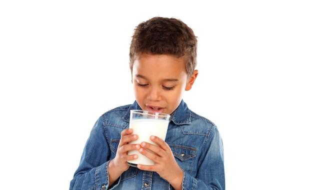 Łaciński chłopiec pijący szklankę mleka na białym tle
