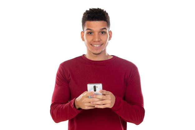 Łaciński facet z krótkimi włosami afro na białym tle