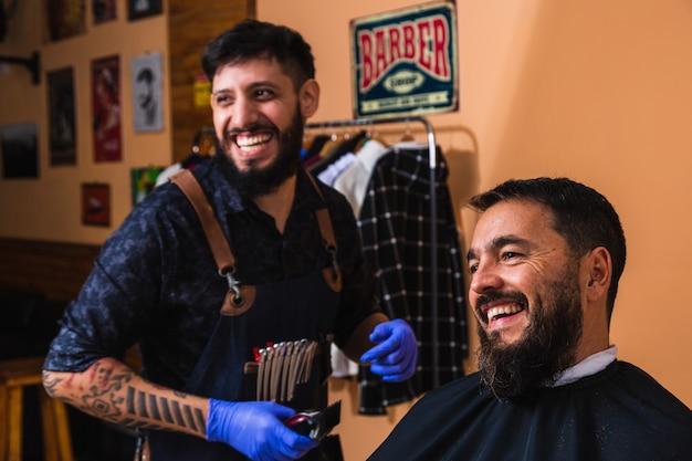 Łaciński fryzjer przycinający brodę klienta