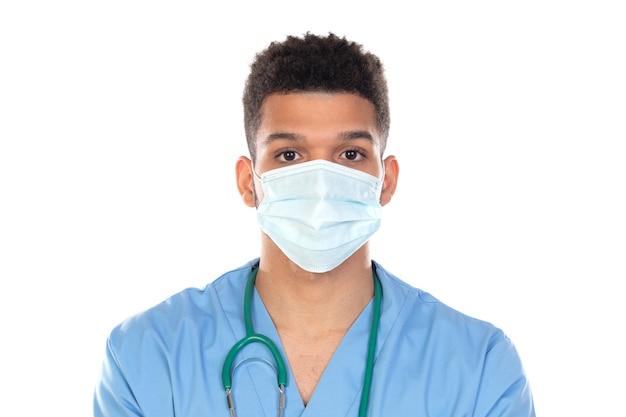 Łaciński lekarz z maską w czasach koronawirusa na białym tle na białym tle