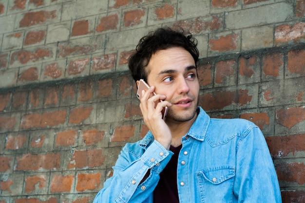 Łaciński mężczyzna rozmawia przez telefon